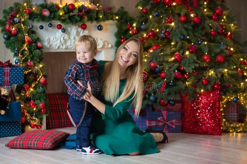 Портрет счастливой матери и прелестный младенец празднуют рождество Праздники ` s Нового Года Малыш с festively украшенной мамой  стоковые изображения rf