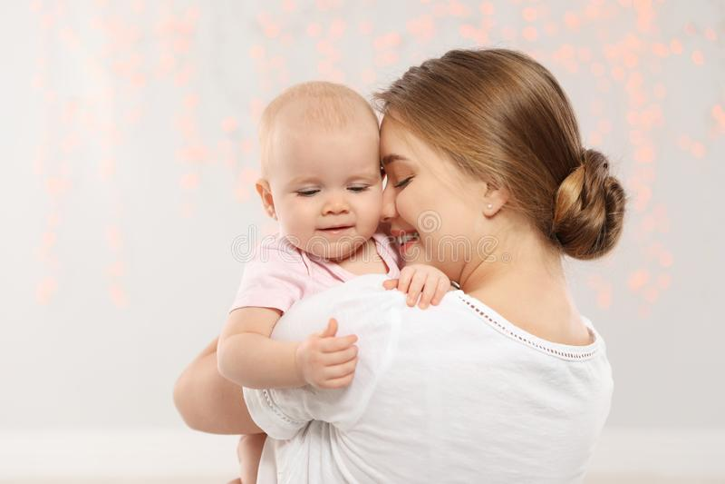 Портрет счастливой матери с ее младенцем стоковые фотографии rf