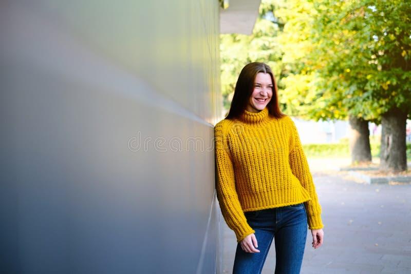 Портрет Счастливой Молодой Рыжейки С Улыбкой стоковые изображения rf