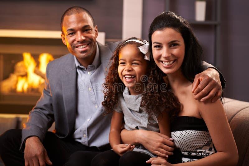 Портрет счастливой разнообразной семьи дома стоковые изображения rf