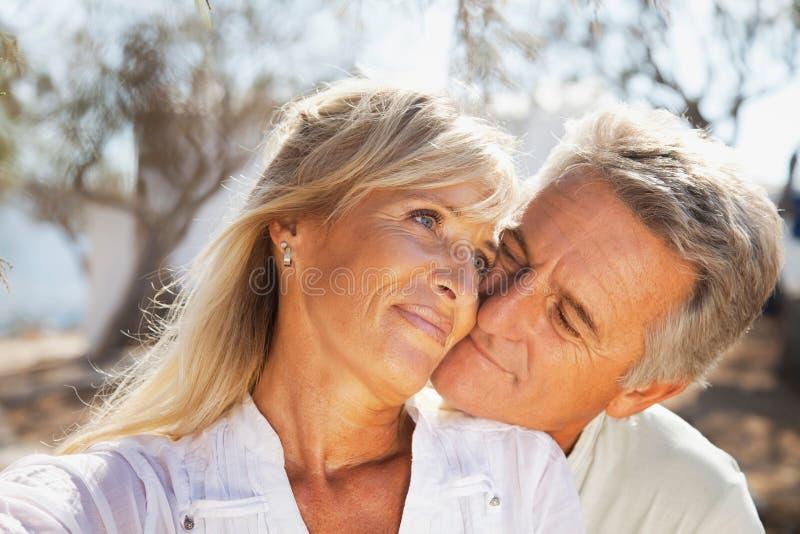 Портрет счастливой романтичной пары стоковое фото rf