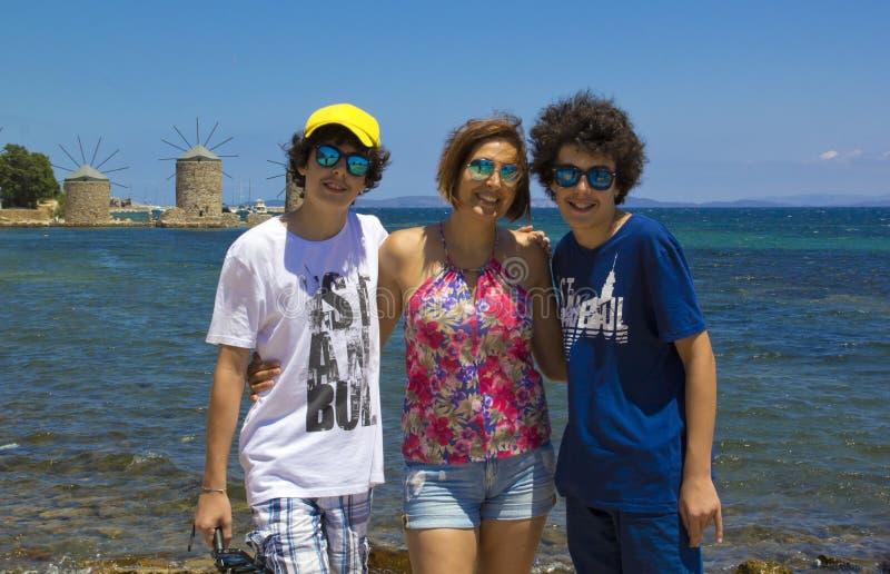 Портрет счастливой семьи в острове Хиоса стоковые фотографии rf