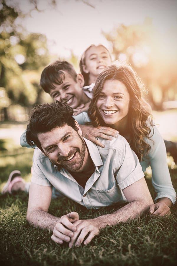 Портрет счастливой семьи играя в парке стоковые фото