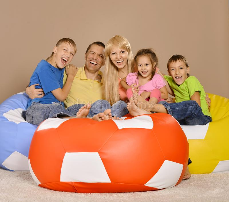 Портрет счастливой семьи из пяти человек имея потеху в комнате стоковые фотографии rf