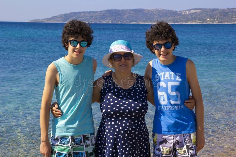 Портрет счастливой семьи на beachin Греции стоковая фотография