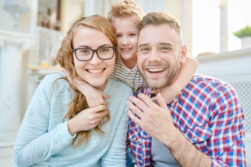 Портрет счастливой семьи с одним ребенком стоковые фото