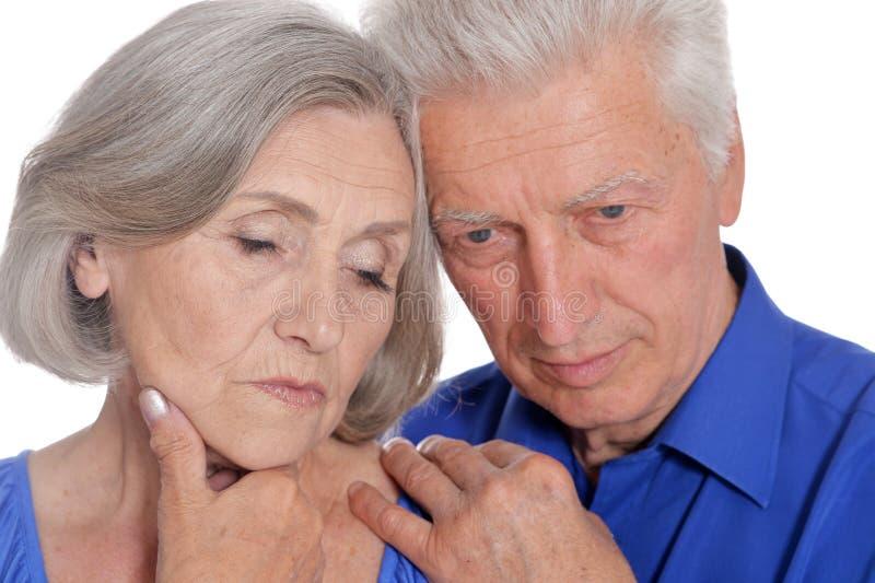 Портрет счастливой старшей пары на белой предпосылке стоковые фотографии rf
