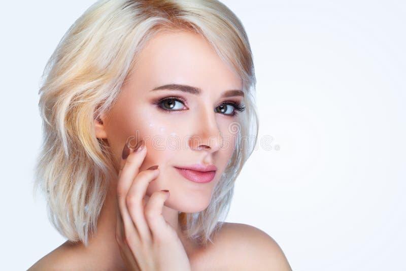 Портрет счастливой усмехаясь кожи красивой молодой женщины касающей или стоковые изображения rf