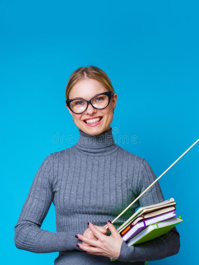 Портрет счастливой учительницы с указателем и книгами стоковые фотографии rf
