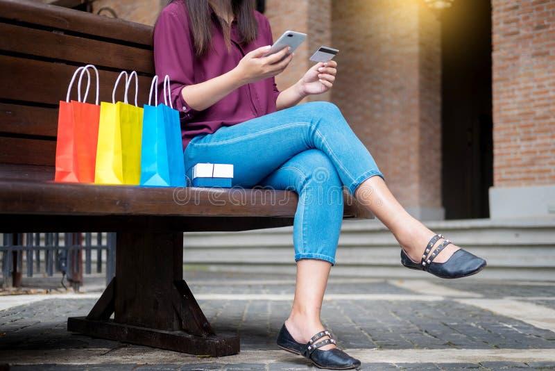 Портрет счастливый оплачивать покупателя онлайн с throu кредитной карточки стоковые изображения
