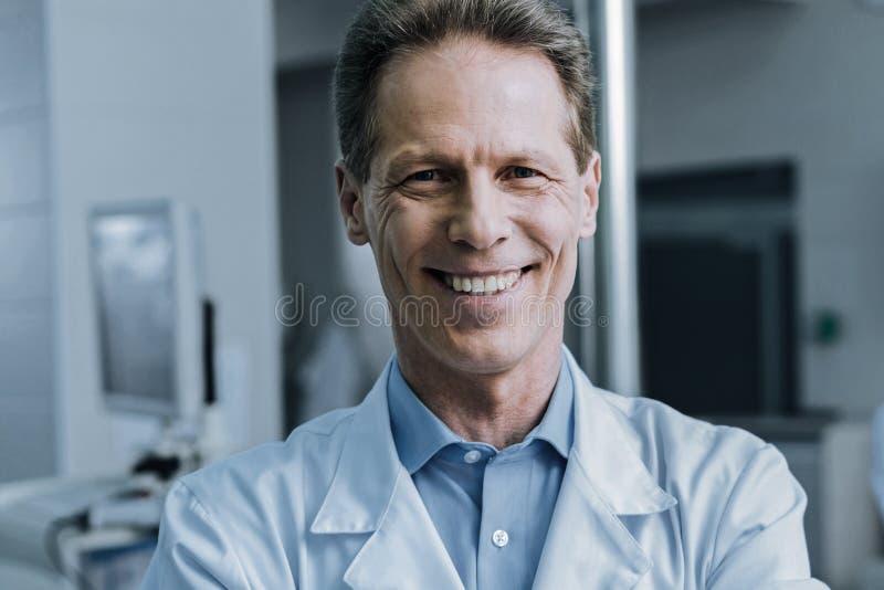 Портрет счастливый профессиональный усмехаться ученого стоковое изображение
