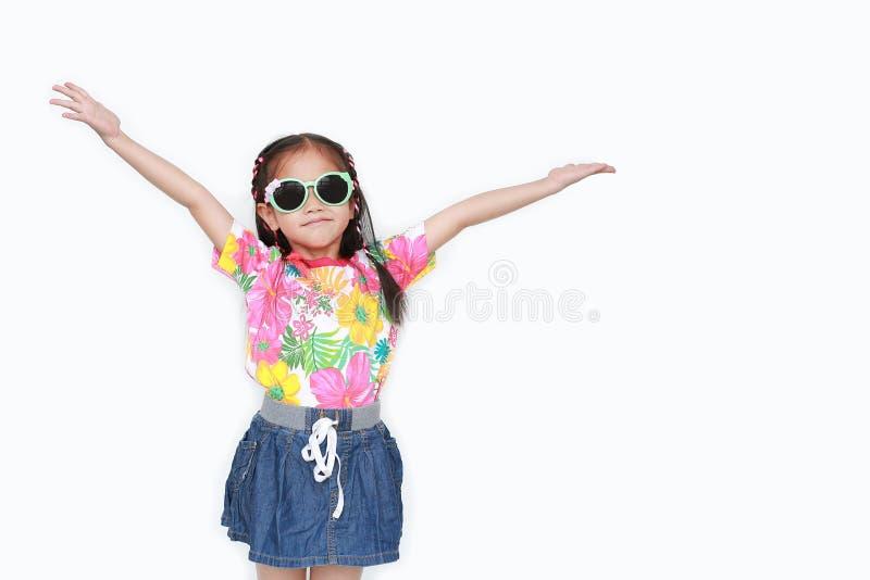 Портрет счастливых маленьких азиатских оружий простирания девушки ребенк широко открытых вверх по носить платье и солнечные очки  стоковые фотографии rf