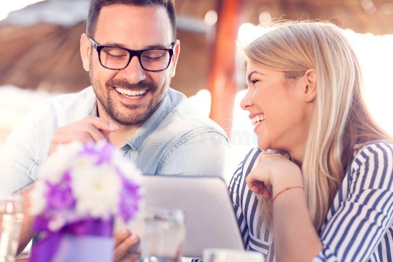 Портрет счастливых молодых пар используя цифровую таблетку стоковое изображение rf