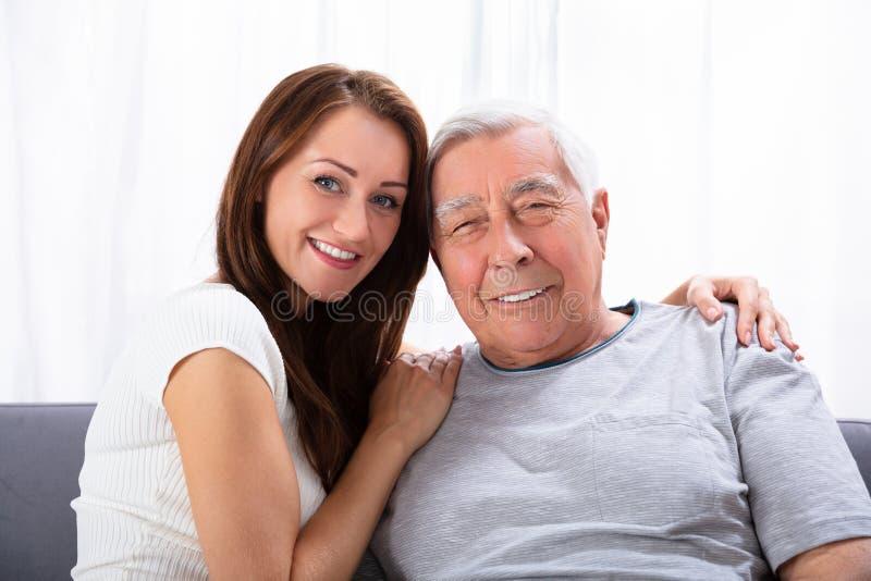 Портрет счастливых отца и дочери стоковые изображения