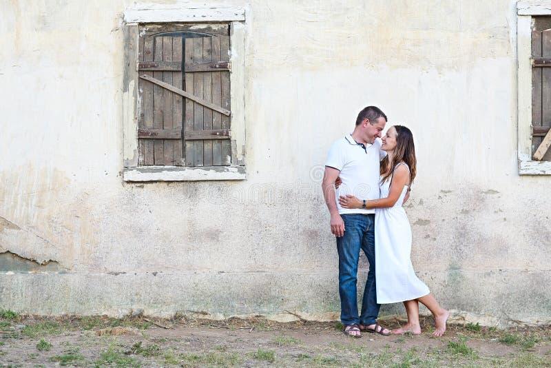 Портрет счастливых пар представляя деревенским домом родины стоковые изображения rf