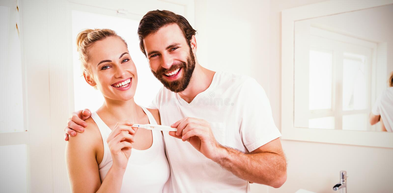 Портрет счастливых пар проверяя тест на беременность стоковое изображение rf