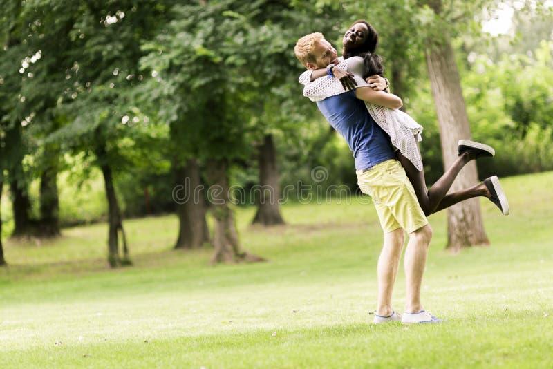 Портрет счастливых танцев и обнимать пар в природе внешней стоковые фотографии rf