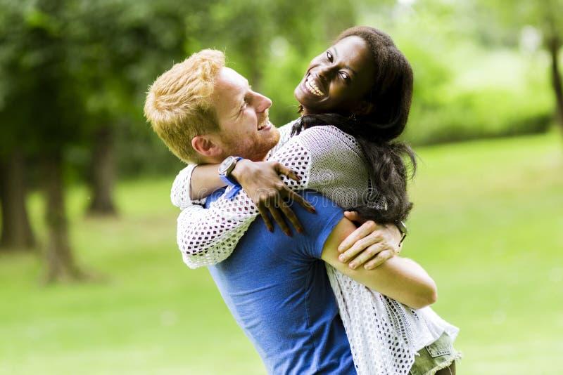 Портрет счастливых танцев и обнимать пар в природе внешней стоковые изображения rf