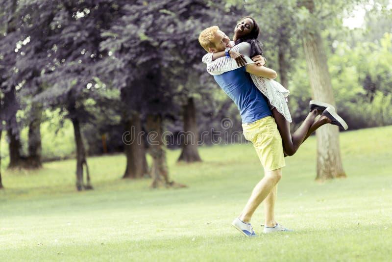 Портрет счастливых танцев и обнимать пар в природе внешней стоковое изображение