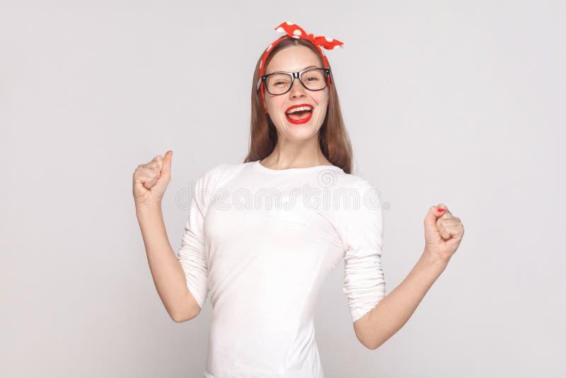 Портрет счастья и победы красивого эмоционального молодого woma стоковые фото