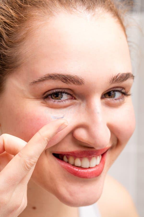 Портрет, счастливая шикарная молодая женщина усмехаясь держащ ее контактные линзы стоковое фото rf