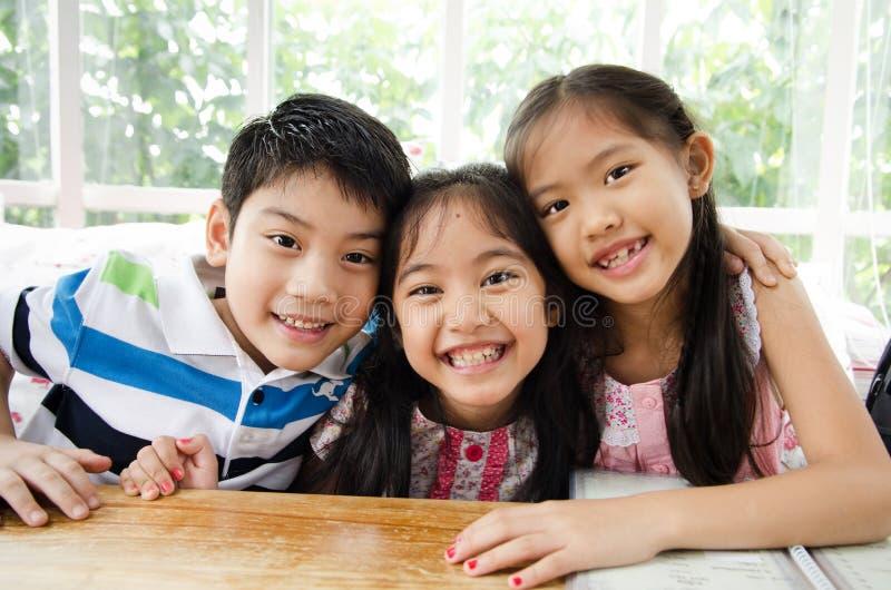 Портрет счастливого азиатских мальчика и девушки имея потеху стоковая фотография