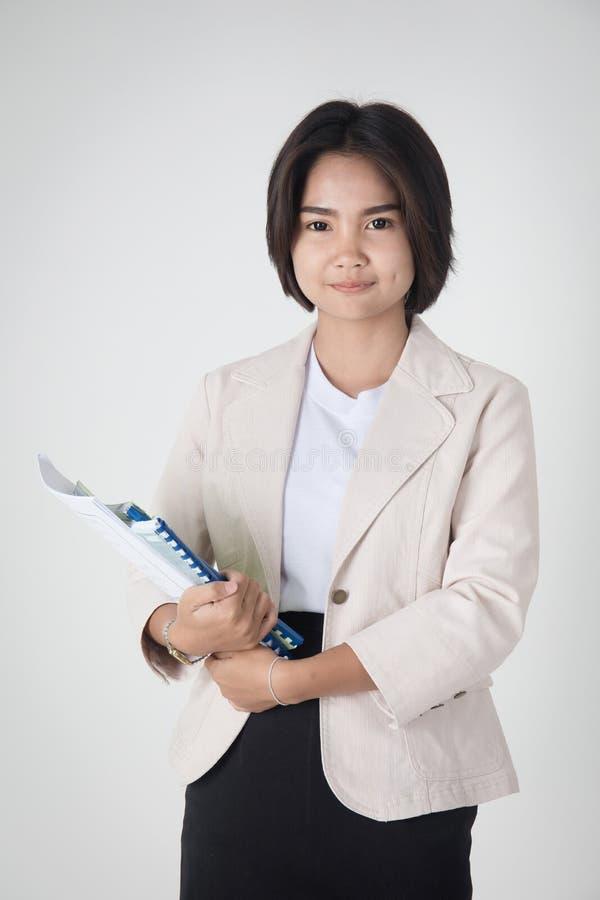 Портрет счастливого азиатского студента с канцелярскими принадлежностями стоковые фото