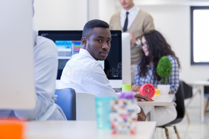 Портрет счастливого Афро-американского предпринимателя стоковые изображения rf