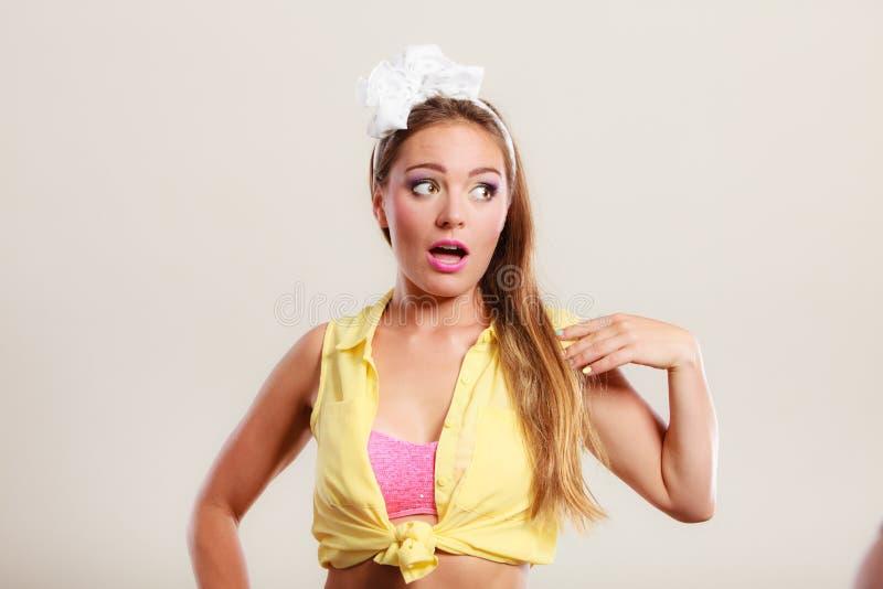 Портрет счастливого милого штыря вверх по девушке с смычком стоковое изображение