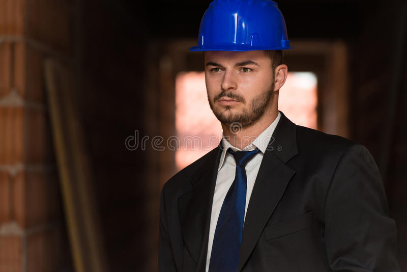 Портрет счастливого молодого мастера с трудной шляпой стоковая фотография rf