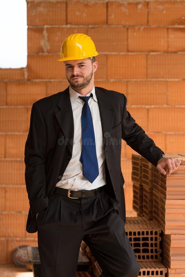 Портрет счастливого молодого мастера с трудной шляпой стоковое изображение