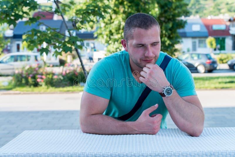 Портрет счастливого молодого человека в зеленой футболке стоковые фотографии rf