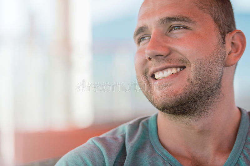 Портрет счастливого молодого человека в зеленой футболке стоковые изображения