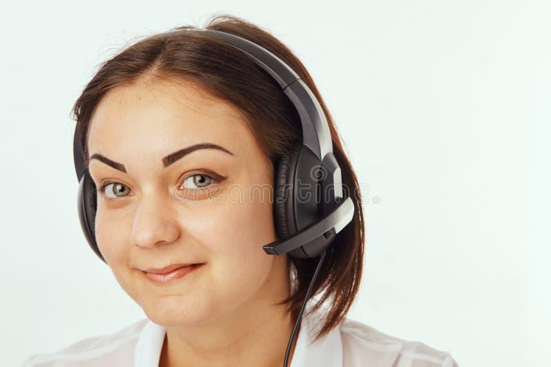 Портрет счастливого оператора телефона поддержки в шлемофоне стоковое фото