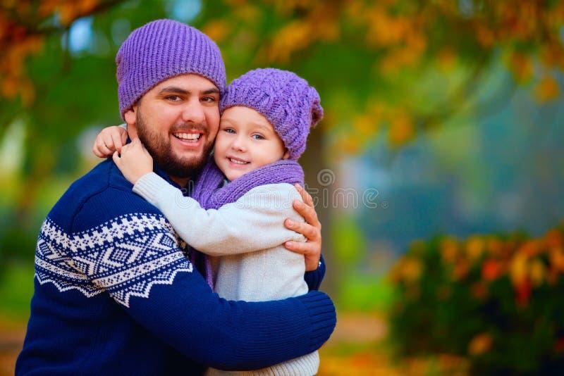 Портрет счастливого отца и сын обнимая в осени паркуют стоковая фотография