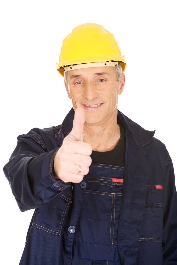 Портрет счастливого ремонтника показывая большие пальцы руки вверх стоковое фото rf