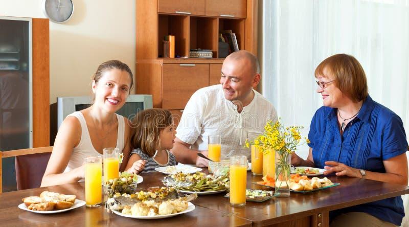 Портрет счастливого симпатичного aroun семьи 3 поколений совместно стоковая фотография