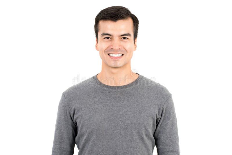Портрет счастливого усмехаясь человека нося вскользь футболку стоковое изображение