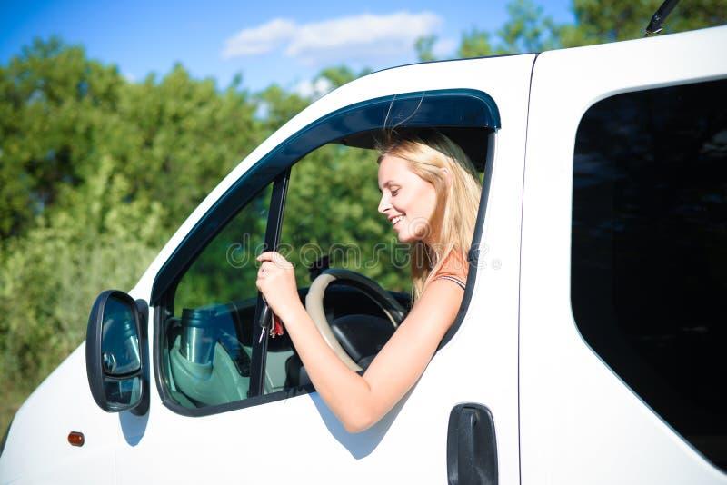 Портрет счастливой белокурой женщины управляя белым автомобилем стоковая фотография rf
