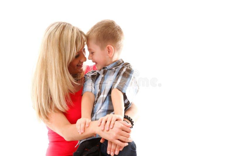 Возмужалая мать с ребенком 6 лет изолированного мальчика стоковая фотография
