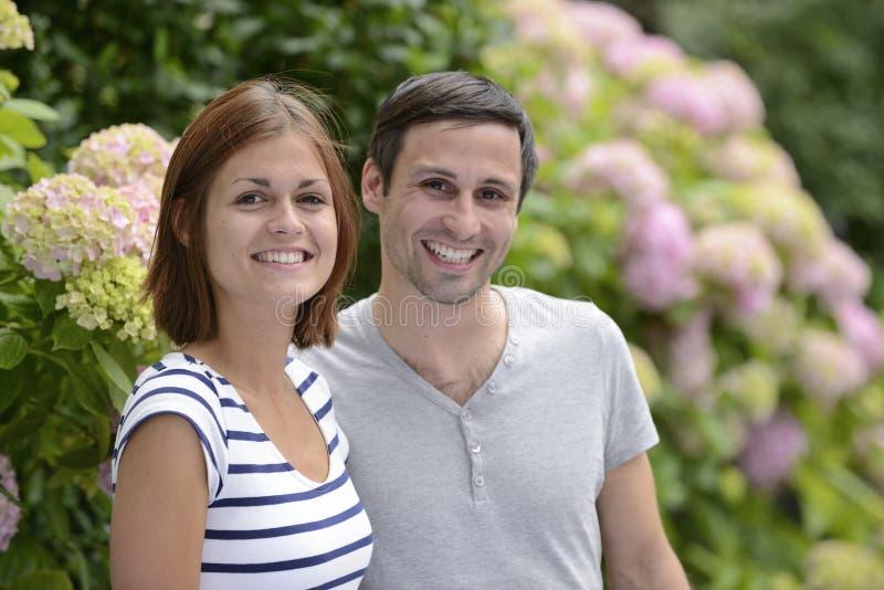 Портрет счастливой гетеросексуальной пары стоковое изображение