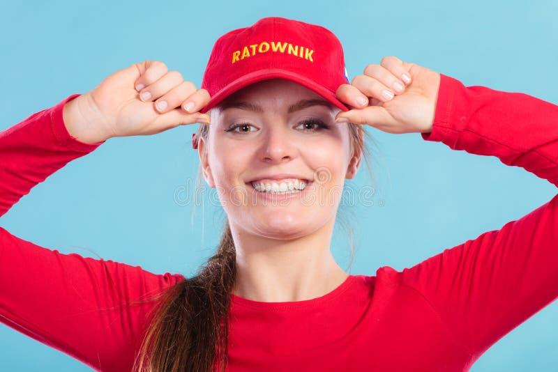 Портрет счастливой женщины личной охраны в красной крышке стоковые изображения rf