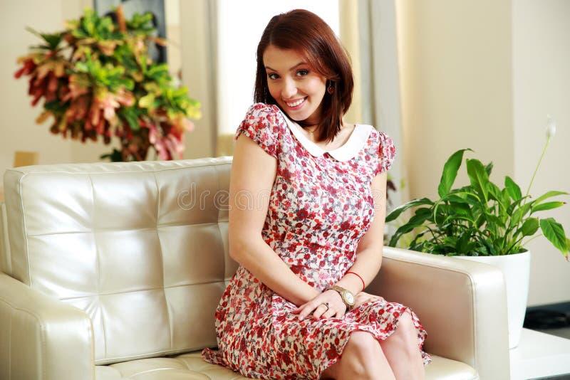 Download Портрет счастливой женщины сидя на софе Стоковое Фото - изображение насчитывающей карета, хорошо: 37927016