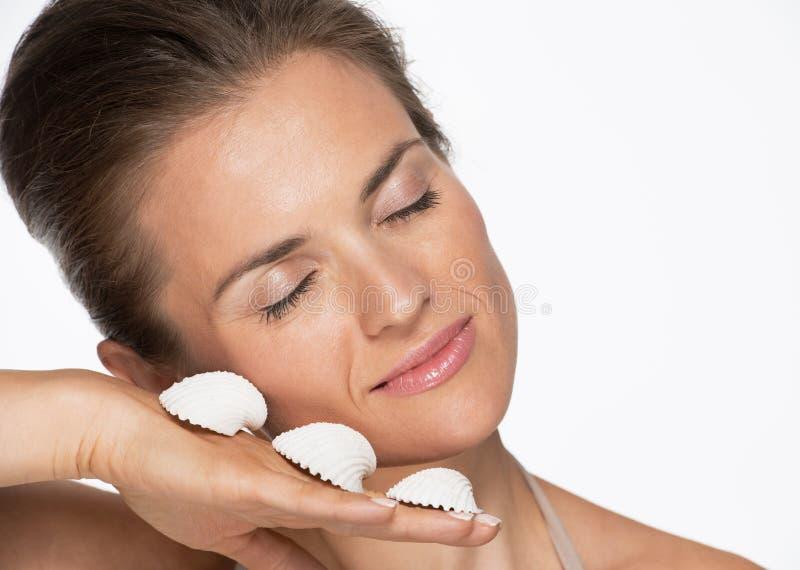 Download Портрет счастливой женщины с Seashells Стоковое Фото - изображение насчитывающей свеже, backhoe: 33732598