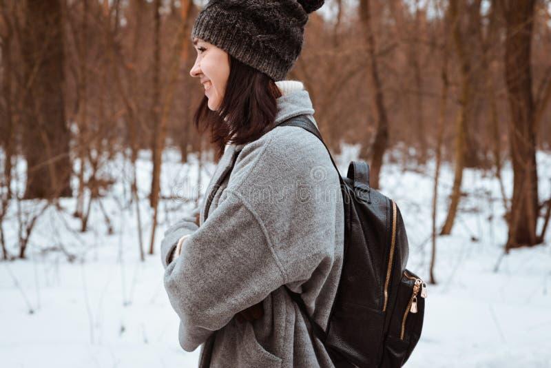 Портрет счастливой красивой девушки с коричневыми волосами в лесе зимы одетом в стиле битника, образ жизни стоковые фотографии rf