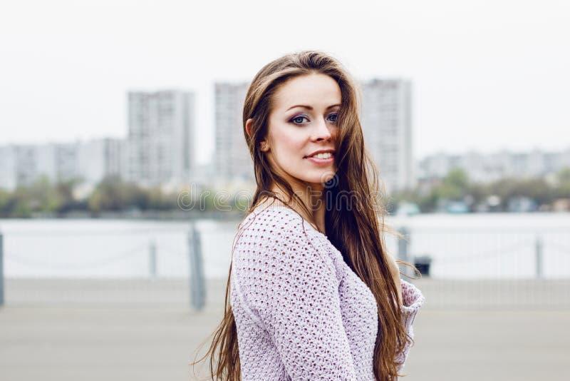 Портрет счастливой красивой усмехаясь женщины на городской предпосылке стоковое изображение rf