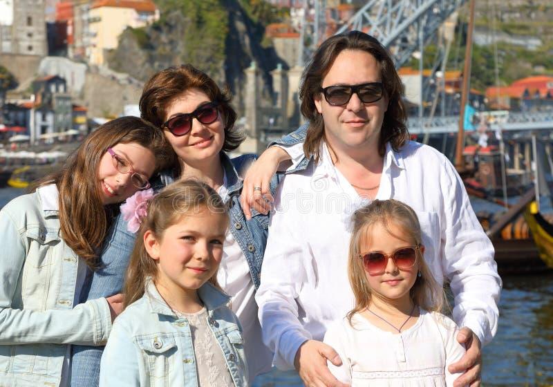 Портрет счастливой многодетной семьи стоковое изображение rf