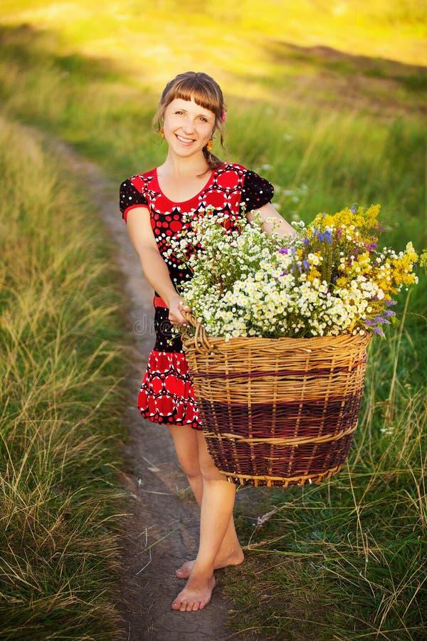 Портрет счастливой молодой женщины с с корзиной полной  стоковые изображения