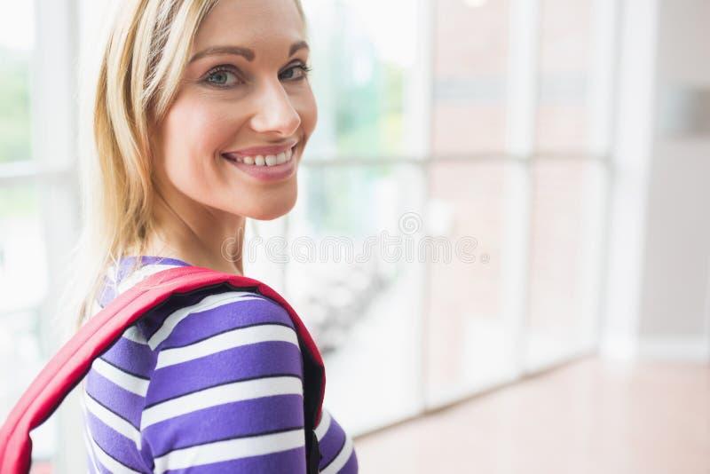 Портрет счастливой молодой студентки в коллеже стоковая фотография rf