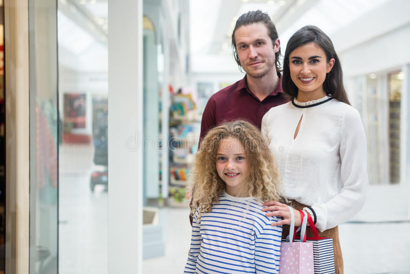 Портрет счастливой семьи в торговом центре стоковые фотографии rf